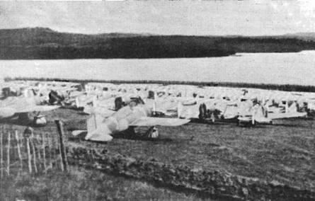 Бельгийские истребители «Модель 339В», а также французские «Кертисс Хоук 75» и «SBC Хеллдайвер» стоят на склоне холма, остров Мартиника. Самолеты «Модель 339В» находились на борту французского авианосца «Берн» посреди Атлантического океана, когда поступило известие о капитуляции Франции. Самолеты выгрузили на Мартинике «до выяснения». Позднее «неизвестные агенты» уничтожили эти машины.