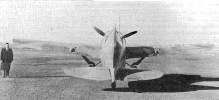 Небольшой обтекатель у буквы «N» на правом крыле прикрывает установленный в крыле фотопулемет. Истребитель «Модель 339Е» был единственным представителем в семействе «Баффало», оборудованным встроенным фотопулеметом. Гражданский регистрационный номер присвоен самолету на время испытаний.