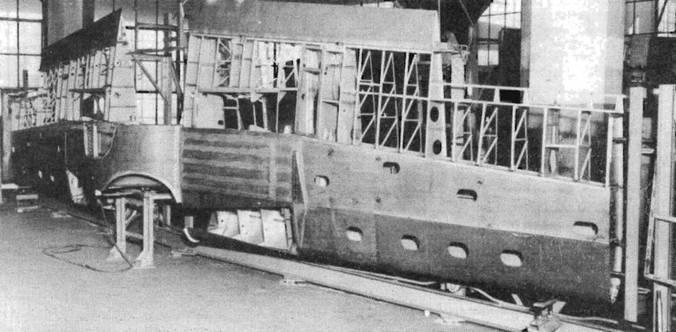 Сборка крыла истребителя «Баффало» на заводе в Квинсе, Нью-Йорк. Крыло, построенное на сплошных лонжеронах, обладало повышенной механической прочностью, но в случае даже небольших повреждений приходилось менять все крыло целиком.