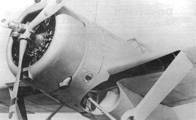 Квадратные воздухозаборники карбюратора и масляного фильтра на прототипе XF2A-1. Посадочный прожектор в рабочем положении поворачивался на шарнире вперед. Вращающийся винт создавал стробоскопический эффект. Позднее прожектор перенесли на правое крыло, чтобы устранить эту проблему.
