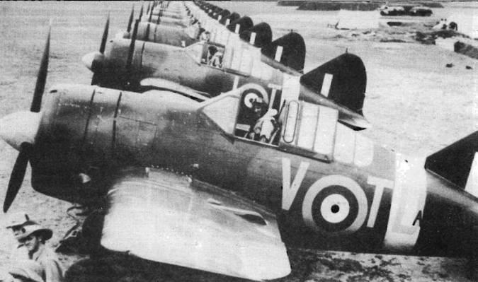 Австралийская 453-я эскадрилья па аэродроме Сембаванг, остров Сингапур, 19 ноября 1941 года. В этот день эскадрилья заступила на боевое дежурство. Все самолеты несут камуфляж Dark Earth/Dark Green/Sky. Полоса на хвосте цвета Sky, буквы бортового кода цвета Medium Sea Gray.