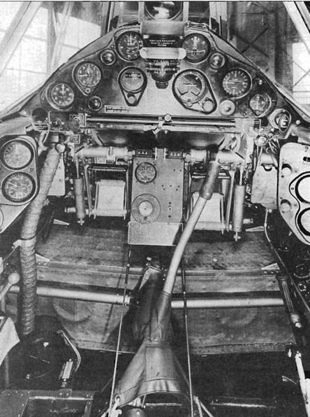 Кабина английского «Баффало Мк II». Компах.: установлен прямо напротив сиденья пилота. Пол в кабине отсутствовал, чтобы пилот мог пользоваться окном в днище фюзеляжа. На верхней кромке приборной доски установлен английский коллиматорный прицел Mk. III.