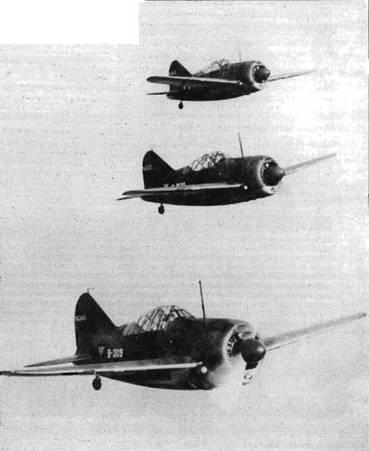 Три голландских истребителя «Модель 339D» во время приемосдаточных испытаний в Соединенных Штатах. Ранее считалось, что голландские самолеты имели зелено-коричневый камуфляж, но недавние исследования уцелевших образцов обшивки показали, что использовались краски Olive Drab 41 и Medium Green 42. Днище самолета окрашивалось серебристой краской.