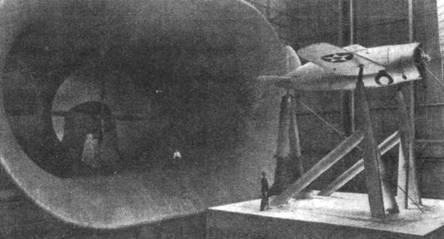 XF2A-1 в аэродинамической трубе в Лэнгли-Филд. Гигантского размера труба позволяла устанавливать там самолеты в натуральную величину.