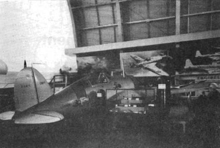Первый серийный F2A-1 как и прототип имел овальный киль. Самолет демонстрировался в июле 1939 года в Нью-Йорке на Международной Ярмарке наряду с другими американскими самолетами. Для пущего эффекта самолет получил тактические знаки самолета командира эскадрильи VF-3.