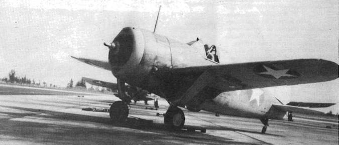 F2A-3 с базы в Майями. Камуфляж Blue Gray/Light Gray, кольцо капота и хвостовое оперение белые. Выступ на верхней части фонаря — перископ заднего вида.