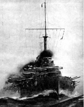 """Линейный корабль """"Париж"""": перед спуском на воду 28 сентября 1912 г.(вверху) и во время шторма (с рисунка того времени)"""