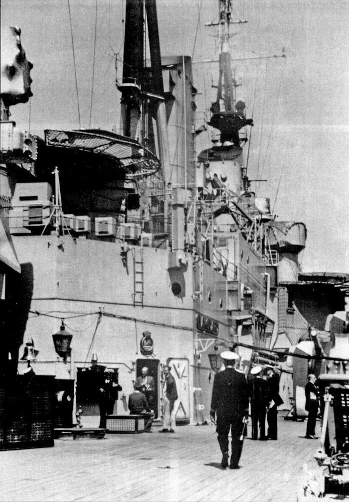 """Мирные будни на борту """"Вэнгарда"""". Платформа в нижней части грот-мачты первоначально несла радар типа 268, на фото на ней размещена антенна для приема телевизионных программ."""