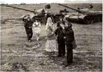 Мизансцена от Агитпропа: «народ и армия — едины»