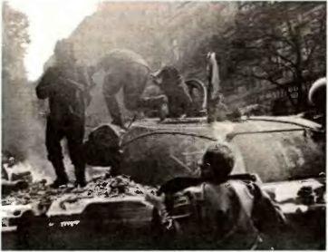 Горячий прием: Т-55 горит на пражской улице