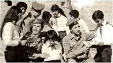 Типичная реальность: афганские пионеры радушно встречают посланников мира из страны великого Ленина