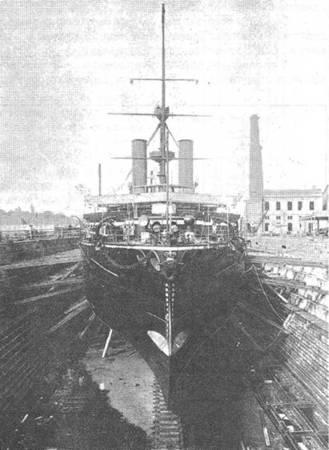 """Броненосец """"Трафальгар"""" во время погрузки угля на ходу (вверху) и в доке на Мальте. 1890-е гг."""