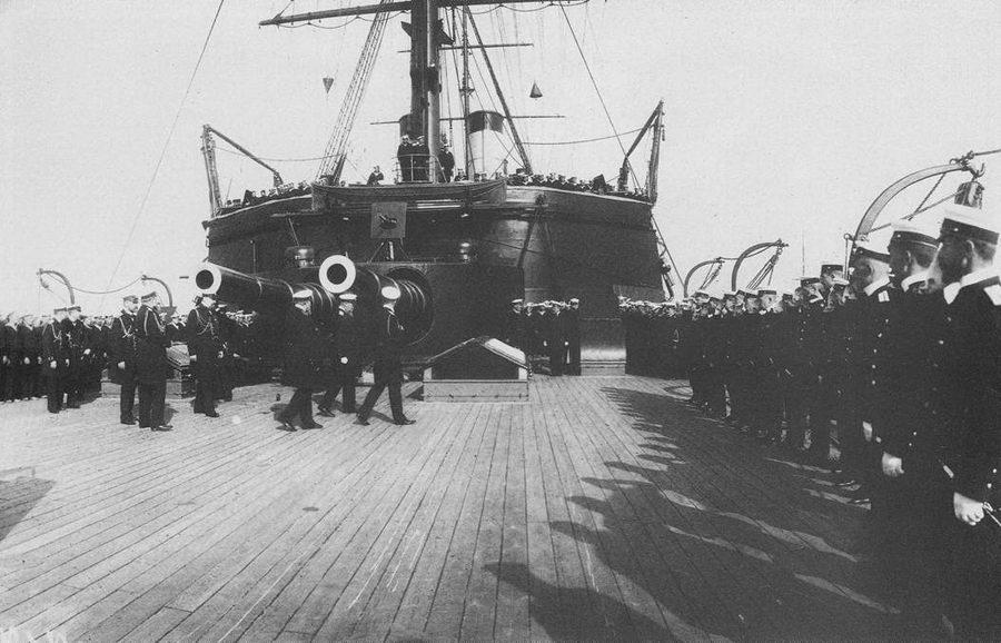"""На юте """"Наварина '' во время императорского смотра На обороте: моряки """"Наварина"""""""