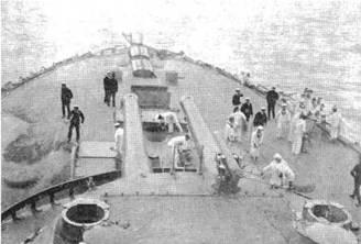 """Броненосец """"Канопус"""" в 1899 г. на достройке (вверху) На баке и юте одного из английских броненосцев"""