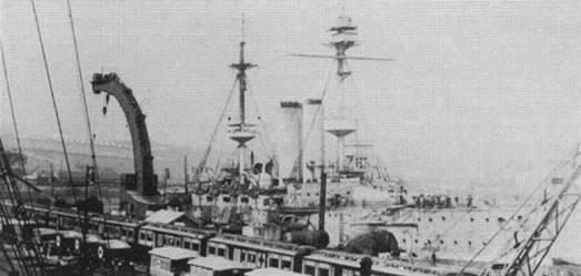 """Броненосцы """"Канопус"""" в 1905-1906 гг. (вверху) и """"Вендженс"""" в 1905 г. (в центре) и в 1906-1907 гг. во время модернизации (внизу)"""