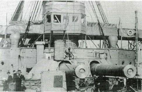 """1 января 1915 года в 2 ч 30 мин подводная лодка """"U 24"""" торпедировала броненосец """"Формидабл"""". Торпеда попала под первую дымовую трубу, корабль получил крен около 20°, на нем погасли все огни. Через 45 минут с момента взрыва в броненосец попала вторая торпеда – на сей раз в районе задней трубы, и корабль начал погружаться гораздо быстрее. Погода постепенно ухудшалась, волны становились все сильнее. Броненосец уже погрузился до верхней палубы, но на нем все еще оставалось большинство команды."""