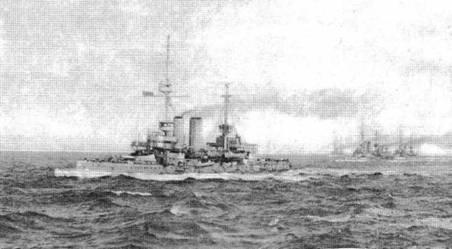 """Броненосец """"Голиаф"""" на Спитхэдском рейде (вверху) и английская броненосная эскадра в походе."""