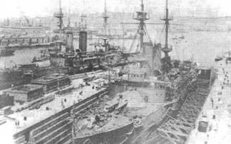 """Броненосец """"Имплакейбл"""" на Мальте в 1900-е гг. (вверху) """"Иррезистибл"""" и """"Имплакейбл"""" в доке."""