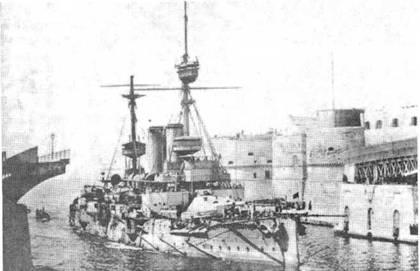 """Броненосцы """"Формидабл"""" в начале 1900-х гг., (вверху) и """"Имплакейбл"""" в 1911 г. и в годы войны"""