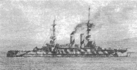 "Броненосец ""Иррезистибл"" в июле 1914 г., (вверху), и в марте 1915 г. у Дарданелл (в центре и внизу)"