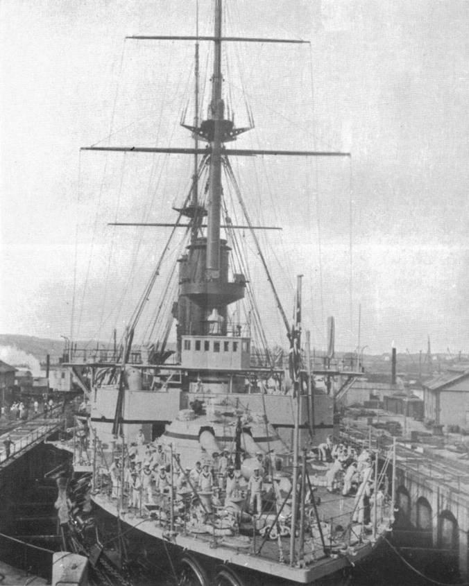 """Броненосцы """"Имплакейбл"""" в доке (вверху) и """"Вендженс"""" в 1902 г. на Мальте (внизу)"""