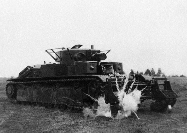 Танк Т-28 с колейным минным тралом во время испытаний – подрыв учебной мины. НИБТ полигон, июнь 1939 года.