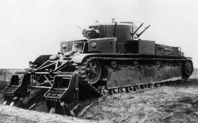 Танк Т-28 с колейным минным тралом во время испытаний преодолевает траншею. НИБТ полигон, июнь 1939 года (АСКМ).