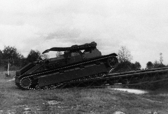 Инженерный танк ИТ-28 во время испытаний на НИБТ полигоне преодолевает препятствие по уложенному мосту. Июнь 1940 года.