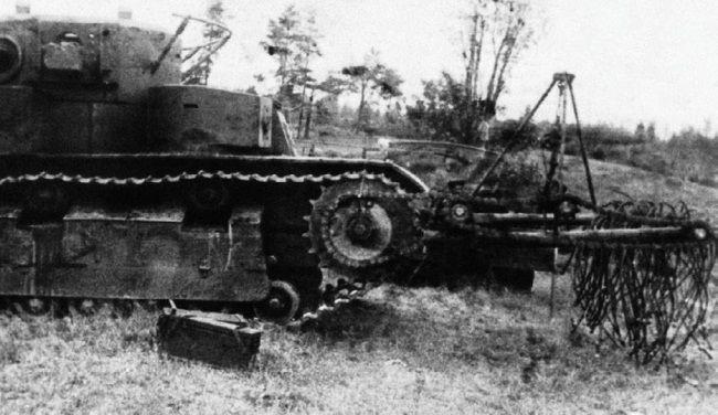 Т-28 с бойковым тралом конструкции инженеров Колоева и Белогурцева.