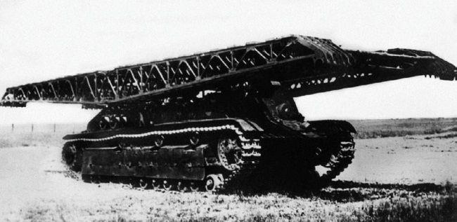 Инженерный танк ИТ-28 во время испытаний на НИБТ полигоне, вид спереди с уложенным мостом. Июнь 1940 года. Хорошо видно вооружение машины – два пулемета, установленных в лобовом листе рубки.