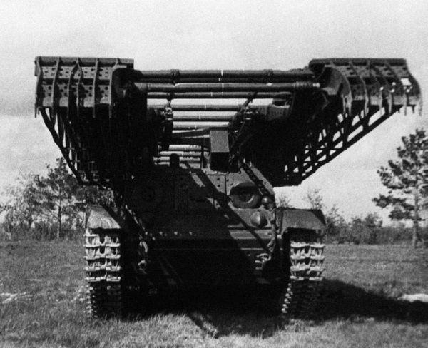 Инженерный танк ИТ-28 во время испытаний на НИБТ полигоне.
