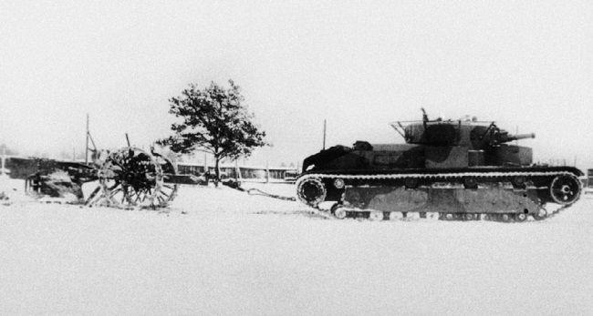 Испытание плуга-канавокопателя КВ танком Т-28, вид справа.