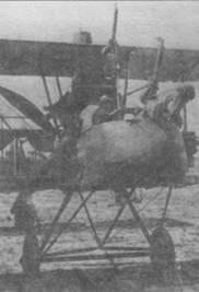 FE.2b из 20-й эскадрильи, 1916 год. Видно вооружение в виде трех пулеметов «Льюис» и четырехлопастный винт.
