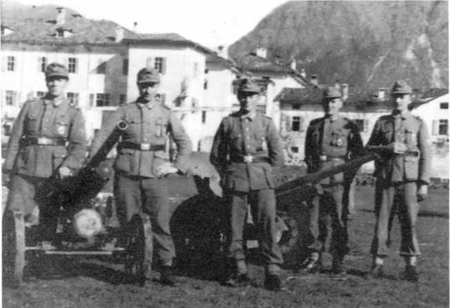 Солдаты одной из полицейских частей у своих орудий: 47-мм противотанкового итальянского Pak 177 (i) (слева) и 45-мм советского Pak 184 (r). Отличие итальянского орудия от его австрийского аналога — отсутствие дульного тормоза.