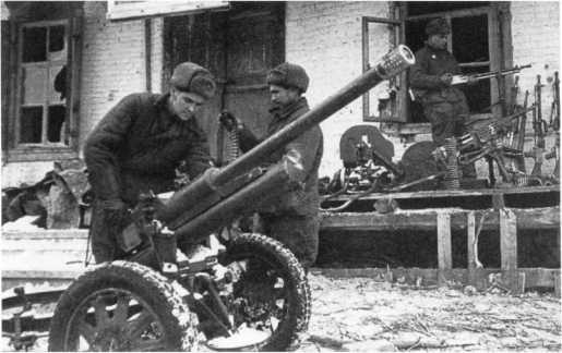 Советские бойцы ведут учет трофейного имущества, захваченного северо-западнее Сталинграда. Декабрь 1942 года. На переднем плане 47-мм австрийская противотанковая пушка Бохлера модели 1935 года. Некоторое количество таких орудий немцы передали румынам, при разгроме частей которых под Сталинградом эта пушка и была захвачена частями Красной Армии (АСКМ).