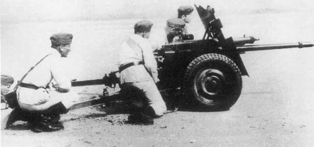 Расчет Pak М 37 (t) на огневом рубеже. В отличие от орудия на фото 72, у этой пушки колеса с пневматическими шинами, что позволяло увеличить скорость ее перевозки при помощи мехтяги (АСКМ).