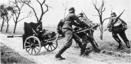 Учения вермахта — расчет разворачивает 37-мм противотанковую пушку Pak М 37 (t). Осень 1939 года (ИП).