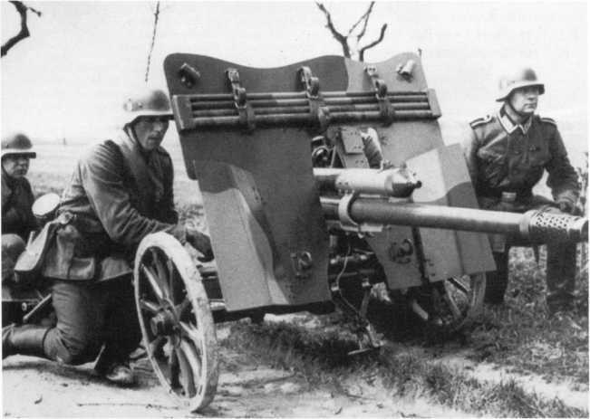 Расчет 47-мм противотанковой пушки Pak 36 (t) на занятиях по <a href='https://arsenal-info.ru/b/book/1318254746/117' target='_self'>огневой подготовке</a>. Весна 1940 года. Сверху на щите закреплены детали банника для чистки ствола орудия. Камуфляж, возможно, нанесен еще во время службы орудия в чехословацкой армии (РГАКФД).