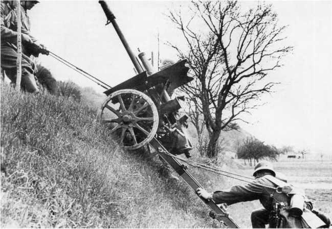 Подъем в гору 47-мм противотанковой пушки Pak 36 (t). Югославия, весна 1940 года. Как и немецкие противотанковые орудия, артсистемы чехословацкого производства имели в своем комплекте специальные тросы, которые облегчали расчету транспортировку пушек по местности вручную (РГАКФД).