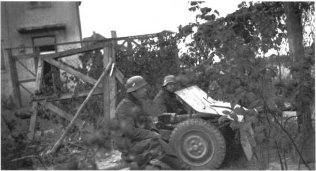 Немецкий расчет 37-мм противотанковой пушки Pak 36 (р) на огневой позиции. Советско-германский фронт, 1943 год (АСКМ).