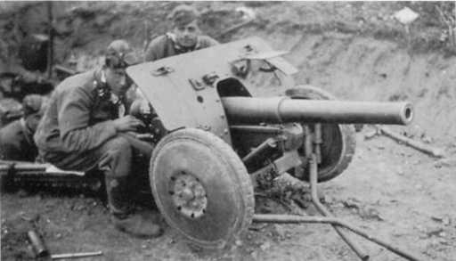 Расчет 47-мм противотанковой пушки Pak 185 (Ь) бельгийского производства на огневой позиции (ИП).