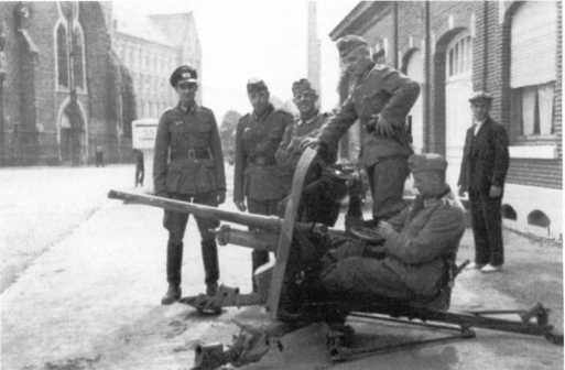 Немцы у трофейной английской 40-мм противотанковой пушки Q. F.Мк. VII, получившей в вермахте обозначение Pak 192 (а). Франция, 1940 год (БА).