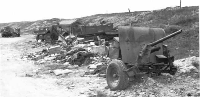 Брошенная под Дюнкерком английская 40-мм противотанковая пушка Q.F.Mk.VII.Франция, 1940 год. Орудие в походном положении, видны сложенные передние упоры (БА).
