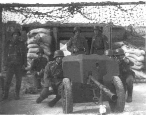 Немецкий расчет 25-мм противотанковой пушки Pak 112 (f), установленной на укреплениях «Атлантического вала». 1943 год (ЯМ).