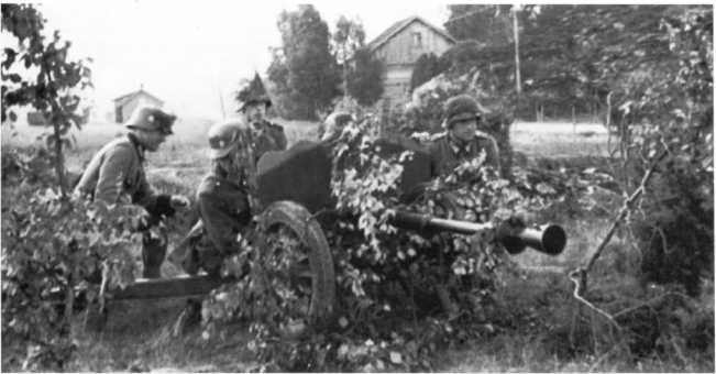Немецкий расчет 25-мм противотанковой пушки Pak 113 (f) французского производства, на учениях. Норвегия, 1943 год (ЯМ).