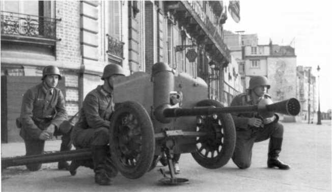 Учения по отражению атаки танков: на фото 25-мм противотанковая пушка Pak 113 (f) французского производства. Франция, 1942 год. Хорошо видно, что в боевом положении орудие вывешивалось при помощи станин и дополнительного упора (БА).