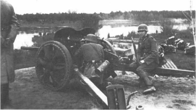 47-мм противотанковое орудия Pak 181 (f) на огневой позиции. Лето 1941 года, советско-германский фронт, предположительно 56-я пехотная дивизия (АСКМ).