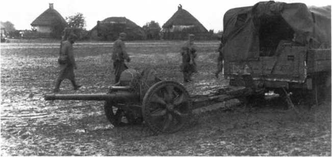 Буксировка 47-мм противотанкового орудия Pak 181 (f) грузовиком. Советско-германский фронт, осень 1941 года (ЯМ).