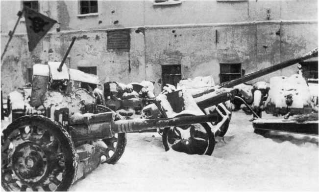 Трофейная артиллерия в освобожденном Тихвине. Декабрь 1941 года. Слева на переднем плане видна 47-мм противотанковая пушка Pak 181 (f) французского производства. На ее стволе 4 белых кольца — число подбитых советских танков. Орудие имеет колеса, отличающиеся от установленных на Pak 181 (f), изображенной на предыдущем фото (АСКМ).