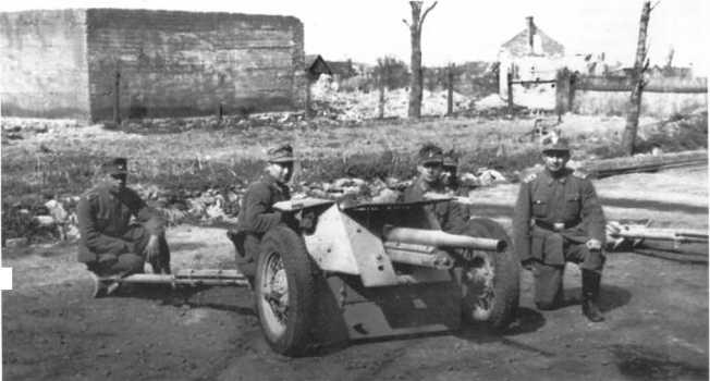 Расчет 45-мм противотанковой пушки Pak 184 (r) одной из полицейских частей. 1943 год (ЯМ).